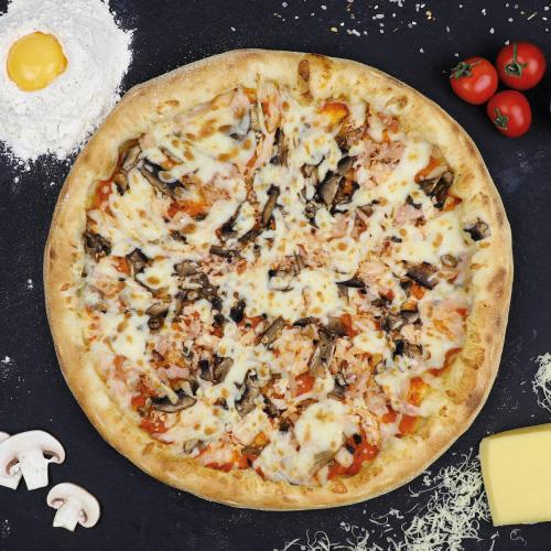 Пицца с курицей,беконом и грибами