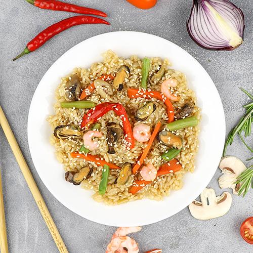 Вок с морепродуктами в классическом соусе с рисом